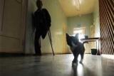 Российской пенсионерке с переломом ноги пришлось ползти вверх по лестнице в больнице
