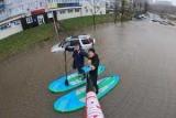 Серферы прокатились по затопленным улицам Владивостока
